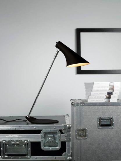 matowa lampa stołowa w stylu skandynawskim, czarny klosz i chromowana nóżka - aranżacja