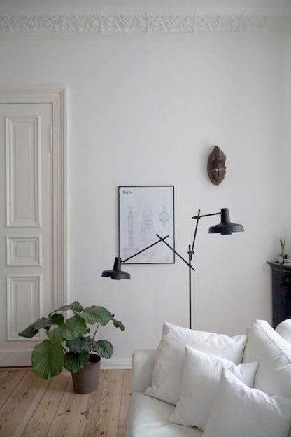 wysoka lampa podłogowa z dwoma czarnymi kloszami, cienka podstawa z metalu - aranżacja skandynawska