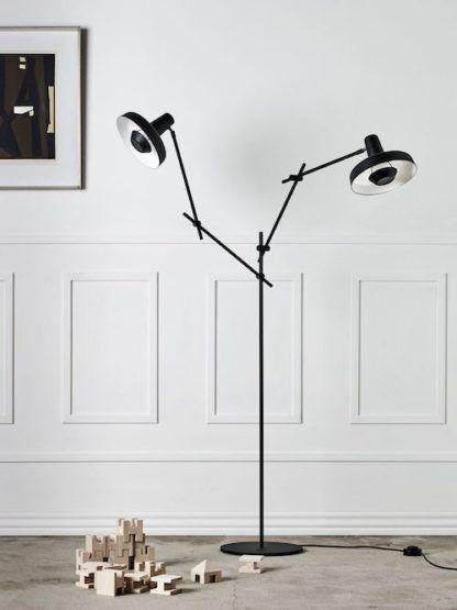 nowoczesna lampa podłogowa z dwoma cienkimi ramionami z możliwością regulacji, czarne klosze, styl skandynawski