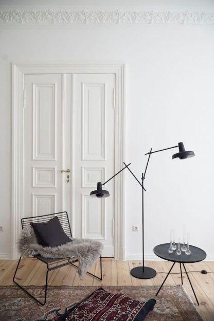 czarna lampa podłogowa z dwoma regulowanymi kloszami - aranżacja