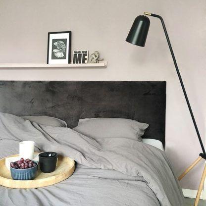 lampa podłogowa na drewnianych nogach, trójnóg skandynawski - aranżacja sypialnia