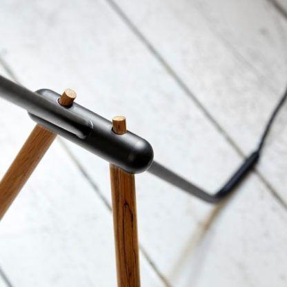 lampa podłogowa czarna z drewnianymi elementami, tripod w stylu skandynawskim