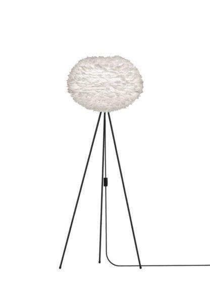 wysoka lampa podłogowa, trzy czarne nogi, biały klosz okrągły z piór