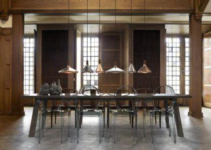 lampa wisząca z drewnianą podstawą i metalowym kloszem - aranżacja