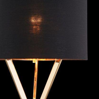 czarny abażur na lampie stołowej