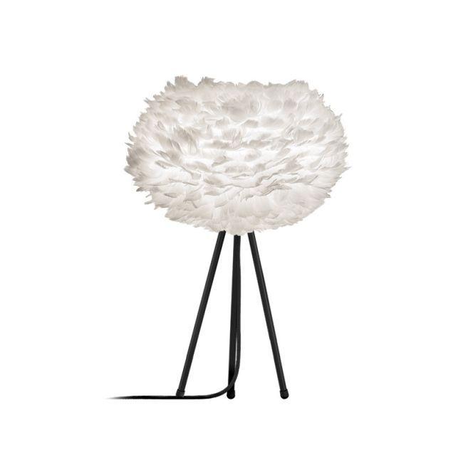 biała lampa stołowa na trzech cienkich nogach, klosz kula z białych piór