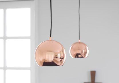 miedziana lampa wisząca, kula, połysk - aranżacja