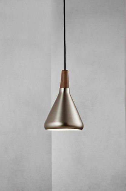 industrialna lampa z małym, srebrnym kloszem i drewnianym elementem