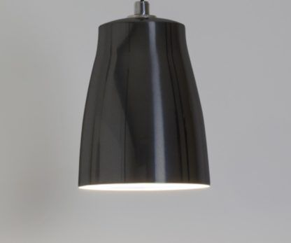 czarna lampa wisząca w nowoczesnym stylu, lakierowane wykończenie