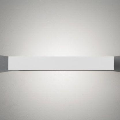 biały kinkiet do nowoczesnych aranżacji, światło dekoracyjne