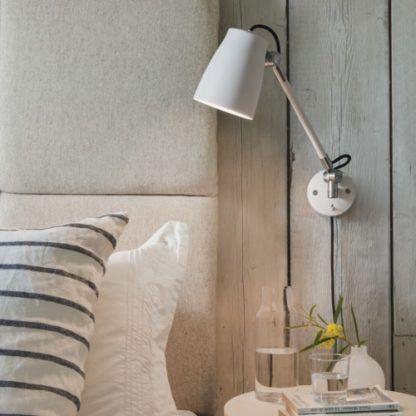 nowoczesny kinkiet ścienny z regulowanym ramieniem i kloszem - aranżacja nowoczesna sypialnia