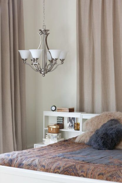 srebrny żyrandol w stylu klasycznym z kloszami z białego szkła - aranżacja sypialnia