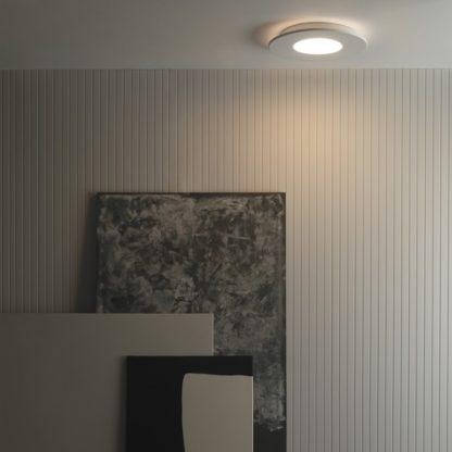 nowoczesny plafon w białej obudowie