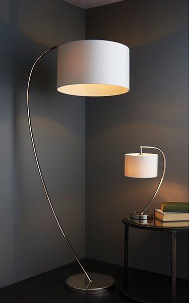 lampa podłogowa z dużym, białym abażurem i łukową podstawą chromowaną