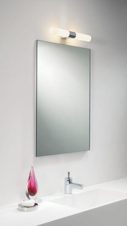 minimalistyczny kinkiet do łazienki, podłużny klosz z mlecznego szkła