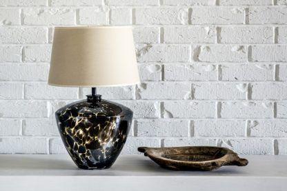 nowoczesna lampa stołowa ze szklaną, szeroką podstawą, beżowy abażur