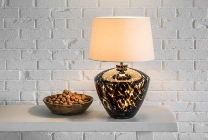lampa stołowa z szeroką podstawą ze szkła z czarnymi zdobieniami, beżowy abażur