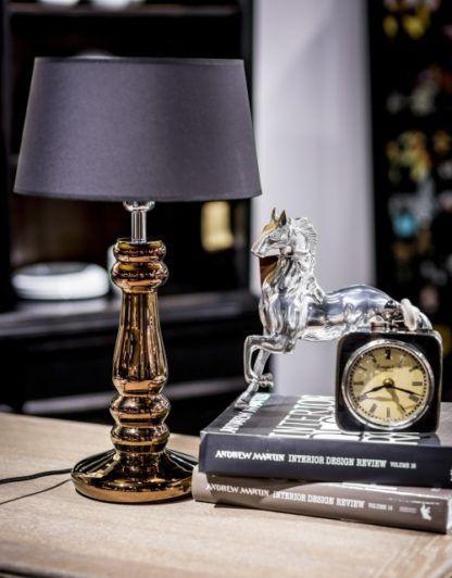 klasyczna lampa stołowa, czarny abażur, miedziana podstawa - aranżacja