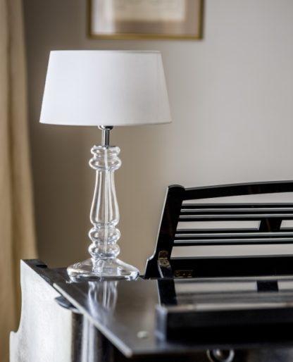 stylowa lampa stołowa, biały abażur i szklana, bezbarwna podstawa - styl modern classic