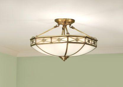 klasyczna lampa sufitowa wykonana z mlecznego szkła i mosiężnej obudowy
