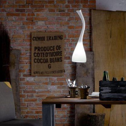 biała lampa wisząca ze szkła, oryginalny kształt, produkt polski - aranżacja industrialna