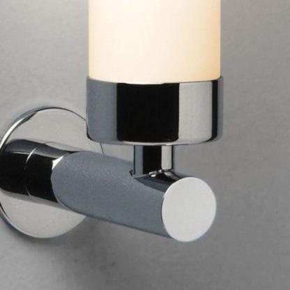 srebrny kinkiet łazienkowy, tuba z mlecznego szkła, pionowy