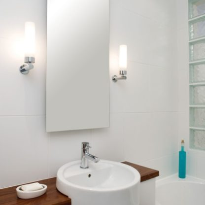 łazienkowy kinkiet z kloszem z mlecznego szkła i srebrną podstawą - aranżacja łazienka