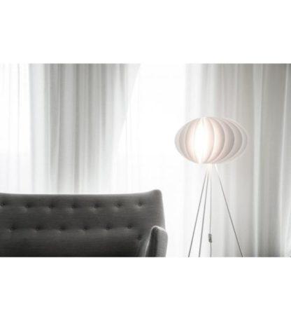nowoczesna lampa podłogowa w kolorze białym z podstawą trójnogiem