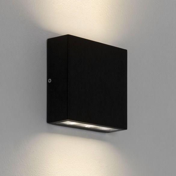czarny, nowoczesny kinkiet świeci do góry i do dołu, odporny na wodę