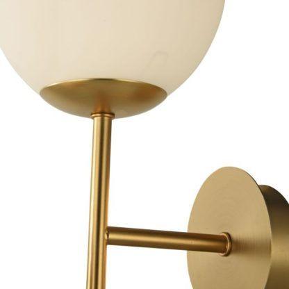 kinkiet ze złotym wykończeniem i dwoma kulami mlecznymi