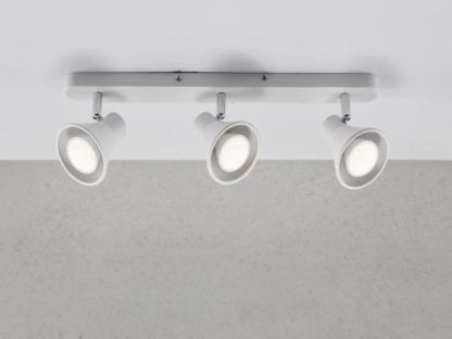 lampa sufitowa na trzy żarówki w kolorze białym