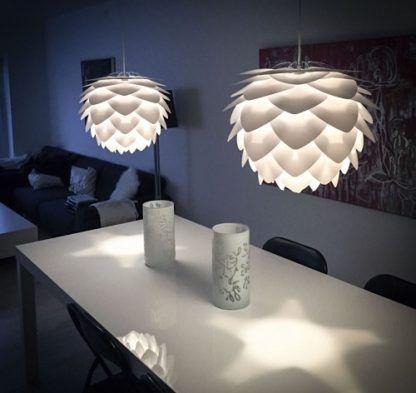 nowoczesna lampa wisząca z białych płatków - aranżacja nastrojowa jadalnia