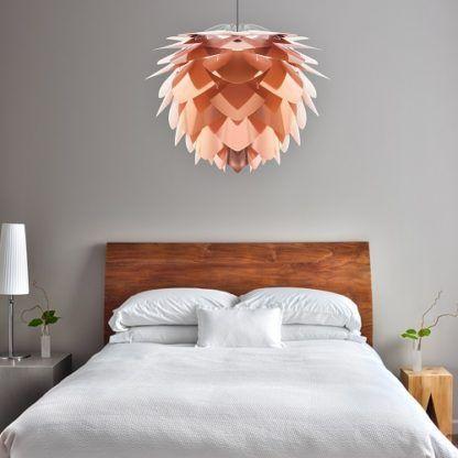 miedziana lampa wisząca, kształt szyszki -aranżacja sypialnia