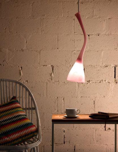 szklana lampa ze szkła barwionego na różowo - aranżacja industrialna