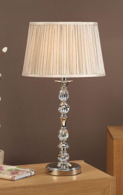 srebrna lampa stołowa z szklanymi dekoracjami i dużym abażurem