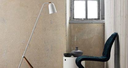 lampa podłogowa na trójnogu, biały klosz i drewniane elementy, styl skandynawski