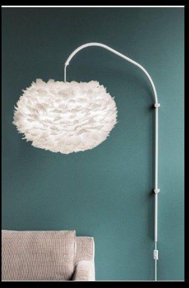 lampa ścienna z białym kloszem kulą - aranżacja niebieska ściana