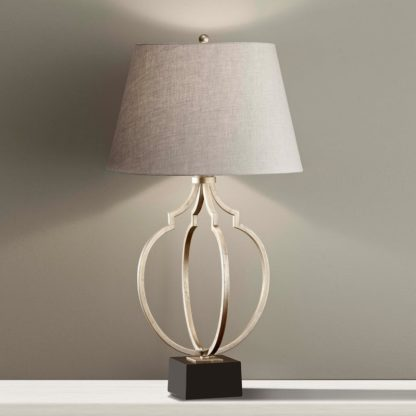 lampa stołowa na czarnym cokole, podstawa z metalowych prętów, beżowy abażur, styl klasyczny