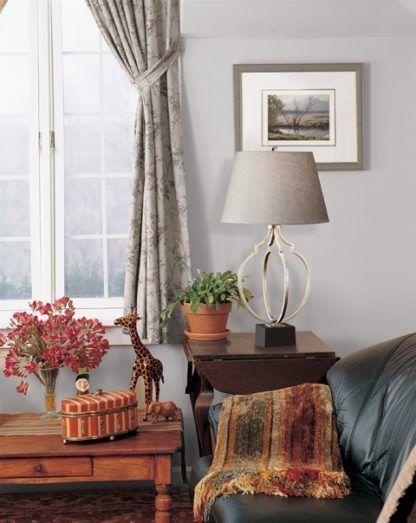 elegancka lampa na metalowej podstawie z beżowym abażurem - aranżacja klasyczny salon