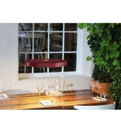 lampa wisząca z okrągłym, płaskim kloszem nad stół - aranżacja jadalnia w stylu skandynawskim