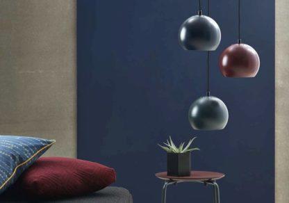 industrialna lampa wisząca w kształcie kuli - aranżacja ciemna sypialnia