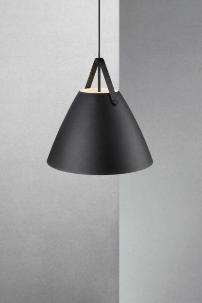 duża lampa wisząca w stylu skandynawskim, klosz biały wewnątrz, czarny na zewnątrz
