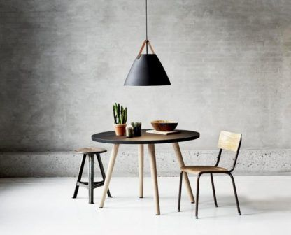 czarna lampa wisząca w nowoczesnym stylu z szerokim kloszem i brązowymi detalami - aranżacja