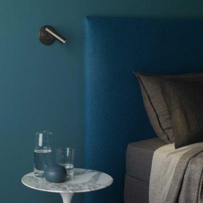 nowoczesny kinkiet z regulowanym kloszem, minimalistyczny, światło dodatkowe -aranżacja sypialnia