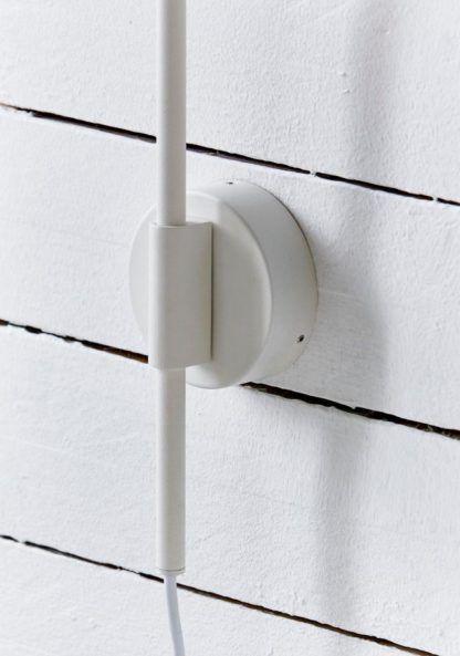 biały kinkiet w skandynawskim stylu, cienka podstawa lekko kaokrąglona