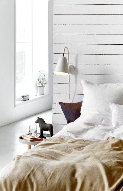 biały kinkiet do minimalistycznego wnętrza - aranżacja sypialnia skandynawska