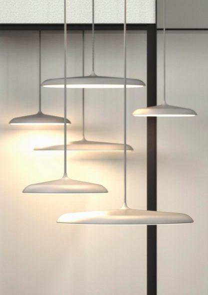 szara lampa w stylu skandynawskim, płaski klosz nad stół