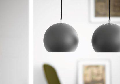 szara lampa wisząca, mała kula, styl nowoczesny