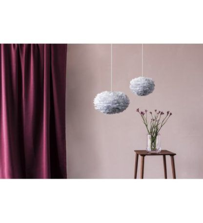 elegancka lampa wisząca z delikatnym, szarym kloszem z piór - aranżacja