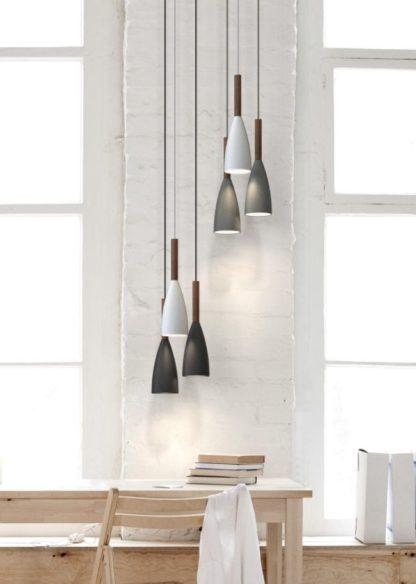 podłużna lampa wisząca z wąskim kloszem i drewnianą bazą - aranżacja scandi